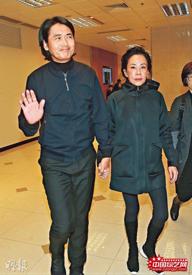 周润发从澳门工作赶回香港,跟太太出席林岭东的丧礼,他虽然拒绝受访,但看见传媒依然微笑挥手。