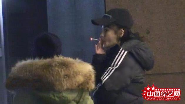 Angelababy医院外抽烟