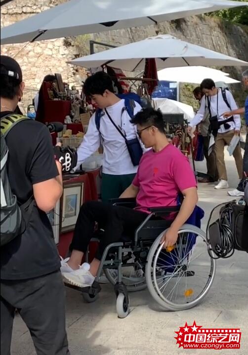 李晨国外录综艺受伤 坐轮椅获钟汉良郭麒麟照顾